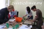 Devojke uče kako se razvlači testo za krekere