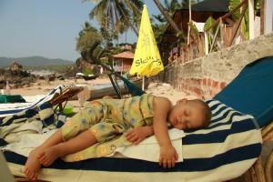 spavanje na plazi 18 meseci